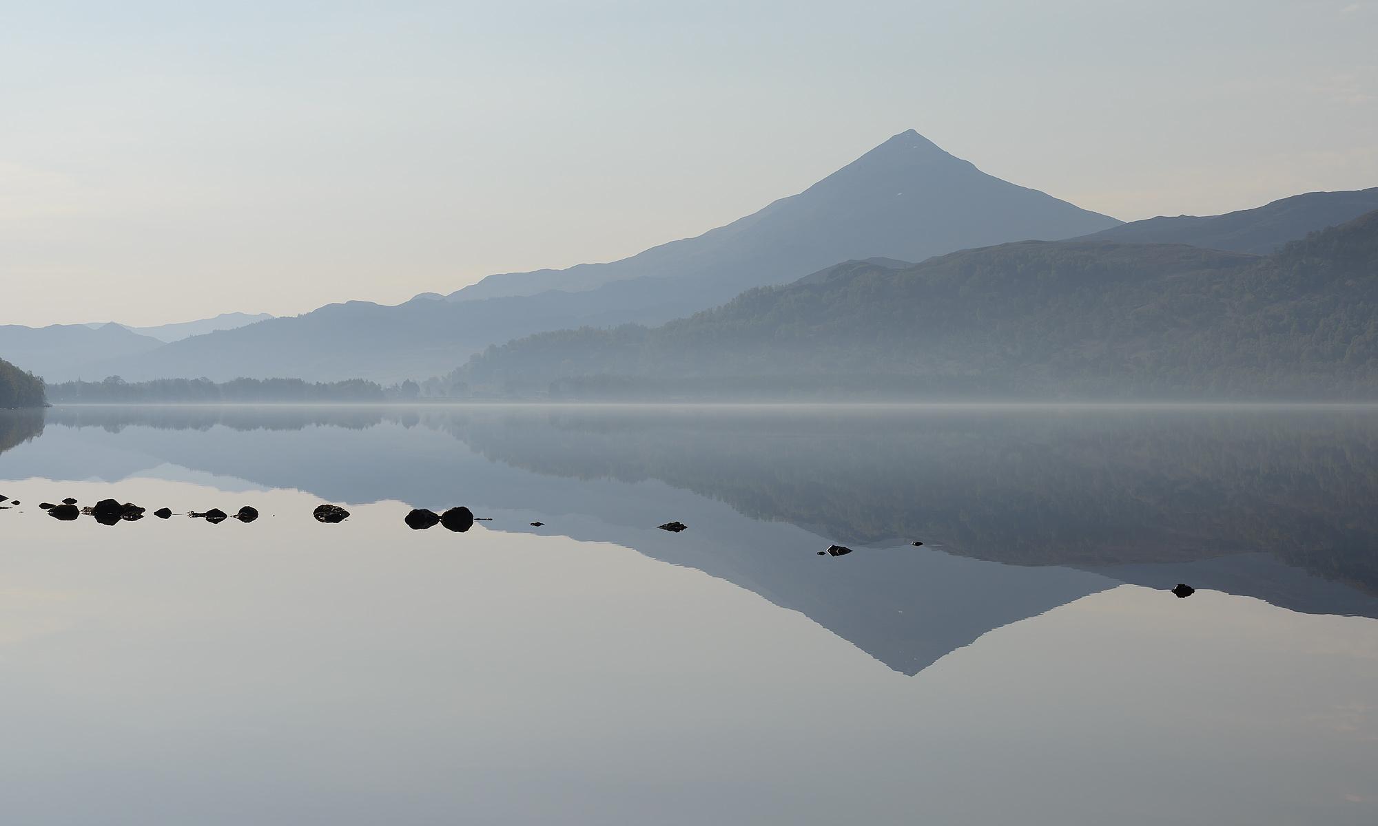 Blick über Loch Rannoch auf den Berg Shiehallion