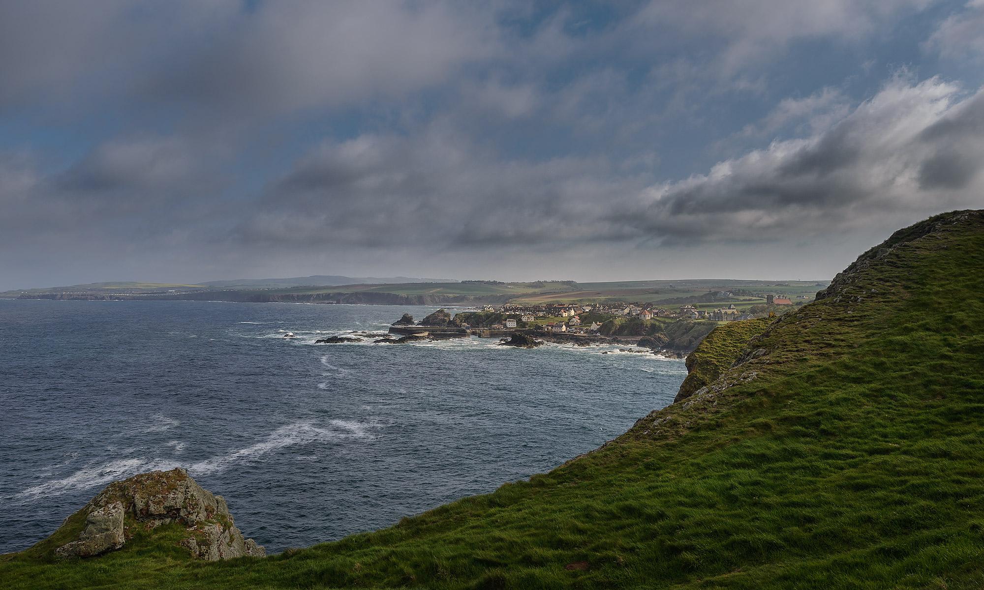 Blick von der Steilküste auf den kleinen Ort St. Abbs